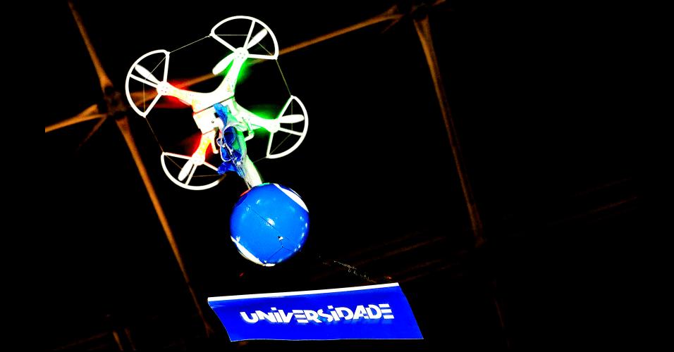 30.jan.2014 - Drone (veículo aéreo não tripulado) da Globo Universidade distribui brindes aos participantes da Campus Party 2014, em São Paulo. Os 'kits de sobrevivência' incluem massagens, cafés da manhã e outras ações para tornar a semana dos jovens acampados no evento mais confortável