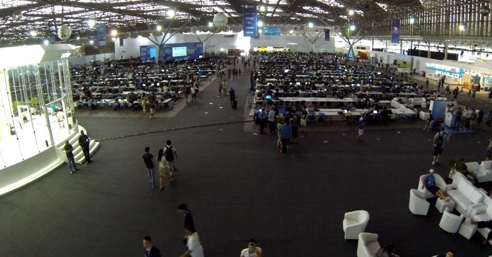 30.jan.2014 - Foto da Campus Party 2014 registrada por um drone (veículo aéreo não tripulado) do Banco do Brasil. O gadget da empresa está sobrevoando a feira de tecnologia e fazendo fotos e vídeos