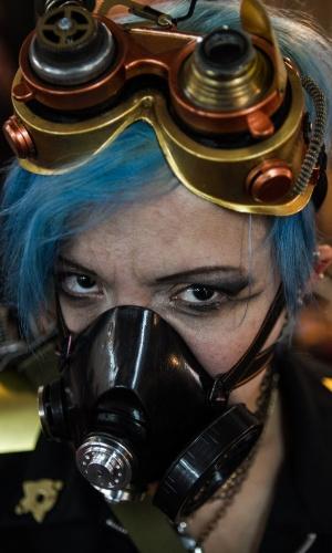 31.jan.2014 - Artista corporal usa máscara durante exposição de tatuagem em Caracas, Venezuela