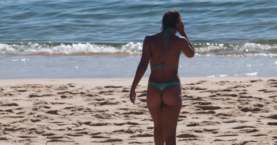 31.jan.2014 - Banhistas aproveitam a temperatura amena da manhã desta sexta-feira no Rio de Janeiro para ir à praia. Os serviços meteorológicos apontam que a previsão do tempo para o final de semana é de temperatura alta e muito sol no Rio de Janeiro