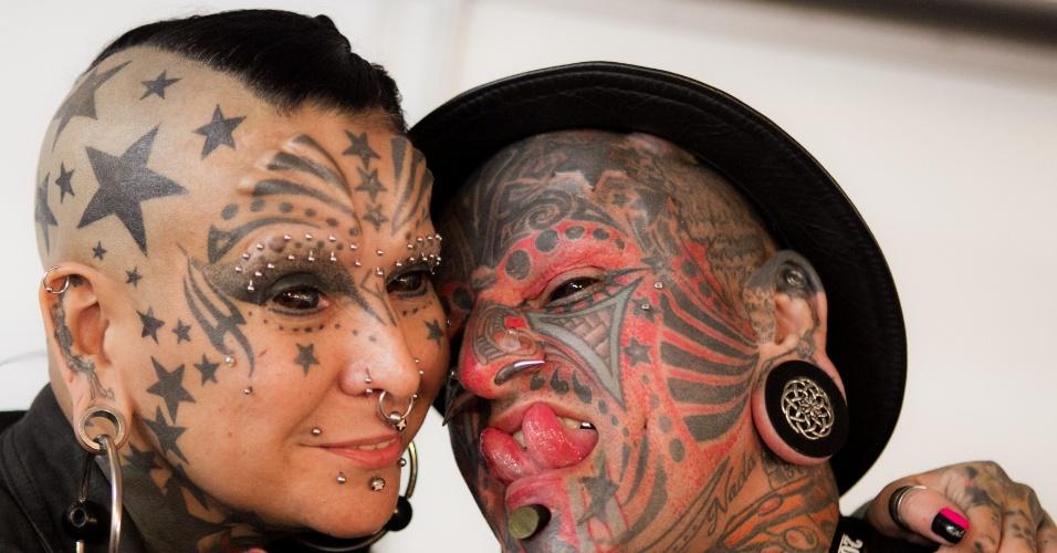 31.jan.2014 - Casal exibe tatuagens e piercings durante a ?Expo Tattoo Venezuela?, em Caracas