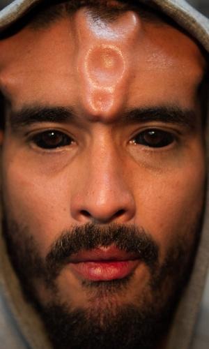 31.jan.2014 - Homem com tatuagens nos olhos e implantes subcutâneos posa para fotos durante a