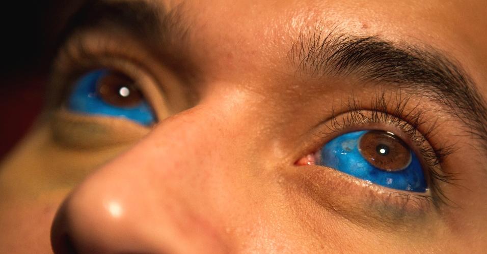 31.jan.2014 - Homem mostra os olhos tatuados de azul durante a ?Expo Tattoo Venezuela?, em Caracas