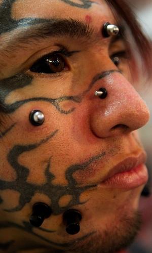 31.jan.2014 - Homem mostra os piercings e tatuagens que tem no rosto durante a