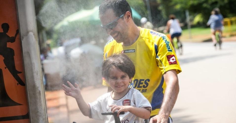 31.jan.2014 - Paulistanos aproveitam tarde de calor no parque do Ibirapuera, nesta sexta-feira (31). Este mês de janeiro é o mais quente na cidade de São Paulo e em Porto Alegre nos últimos 71 e 98 anos, respectivamente, apontam dados do Inmet (Instituto Nacional de Meteorologia). No Rio de Janeiro, este foi o terceiro mês de janeiro mais quente da história e o maior em 30 anos. A previsão é que o calor intenso permaneça até a metade de fevereiro