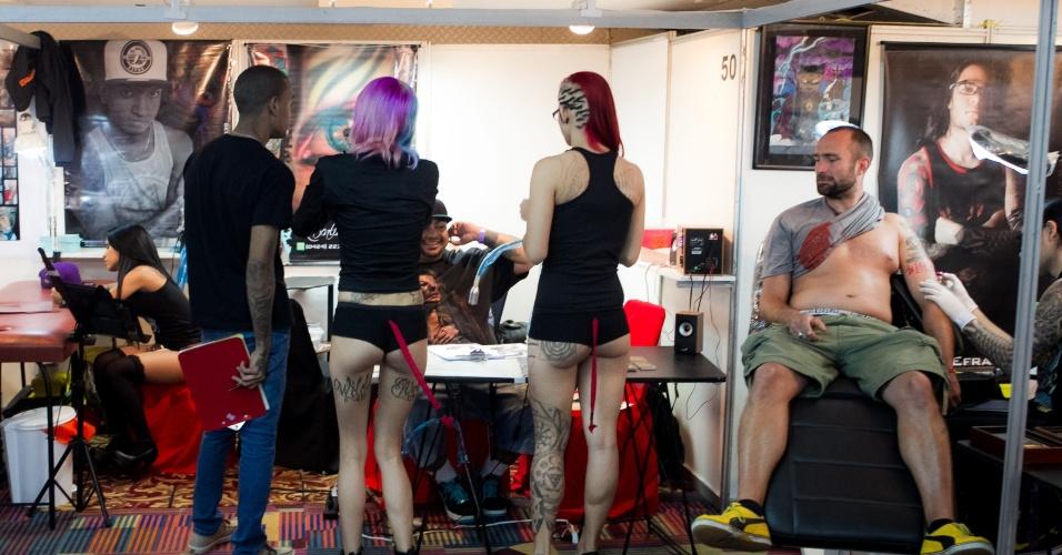 31.jan.2014 - Pessoas aproveitam para fazer novas tatuagens durante a ?Expo Tattoo Venezuela?, em Caracas