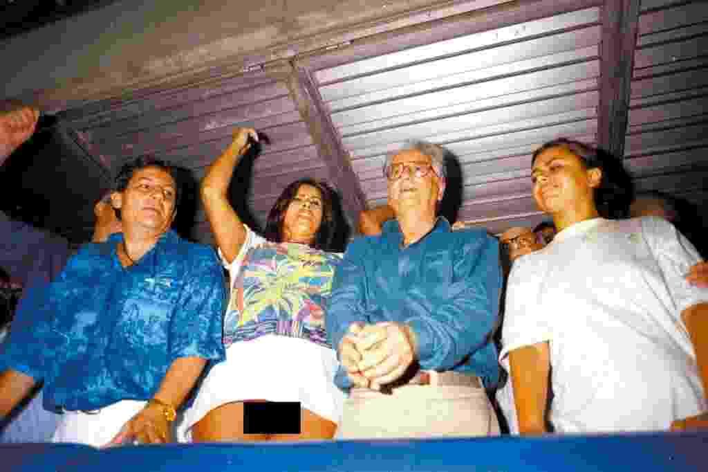 A foto no camarote da Marquês do Sapucaí com Lilian Ramos com uma genitália desnuda e o presidente Itamar Franco ao lado rendeu polêmica na imprensa e Congresso - Marcelo Carnaval/Agência O Globo