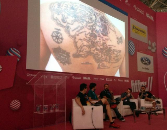 Uma palestra sobre tatuagens e cultura nerd reuniu Gustavo Guanabara, professor universitário e podcaster,  Otávio Albuquerque, do canal Rolê Gourmet no YouTube, Edney Souza, sócio da boo-box, o vlogger PC Siqueira e o tatuador Fábio Satori