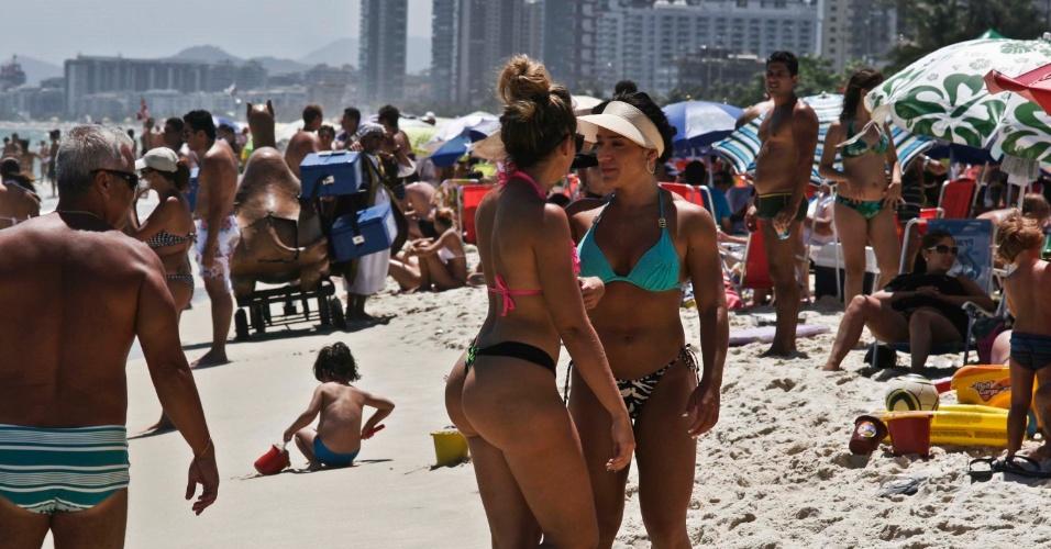 1.fev.2014 - Movimentação de banhistas na praia do Pepê, na Barra da Tijuca, no Rio de Janeiro (RJ), na tarde deste sábado (1). Termômetros marcam 35ºC durante a tarde