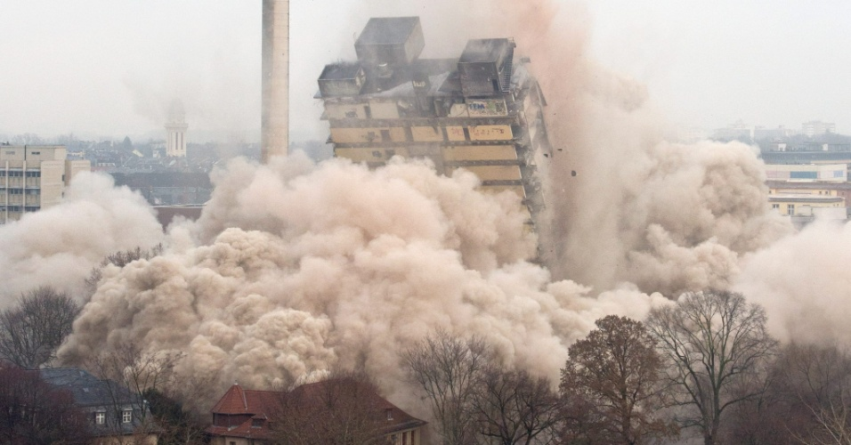 2.fev.2014 - A torre AFE, que abrigava escritórios e salas de uma universidade, é implodida em Frankfurt, na Alemanha, neste domingo (2). Foram usados 900 quilos de explosivos para derrubar o prédio de 32 andares e 116 metros de altura