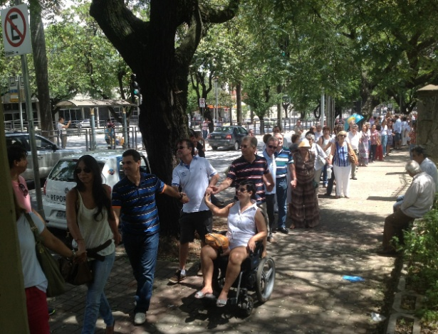 Cerca de 300 pessoas se reuniram neste domingo (2) em frente à Igreja Nossa Senhora do Carmo, em Belo Horizonte, para protestar contra a suspensão das missas de frei Claudi van Balen - Carlos Eduardo Cherem/UOL