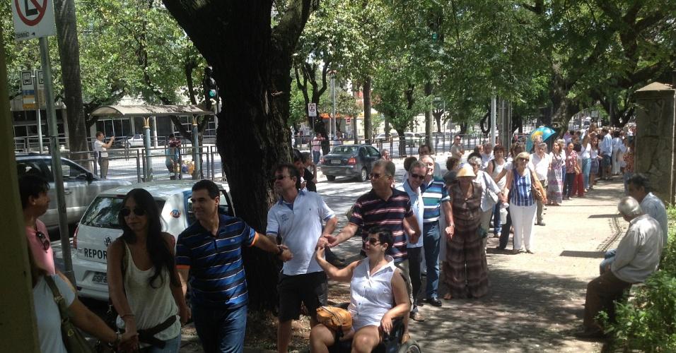 2.fev.2014 - Cerca de 300 pessoas se reuniram neste domingo (2) em frente à Igreja Nossa Senhora do Carmo, em Belo Horizonte, para protestar contra a suspensão das missas de frei Claudi van Balen