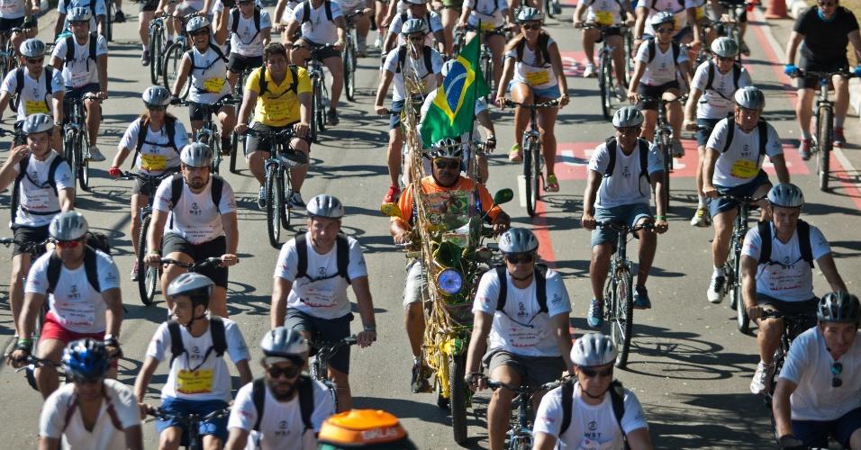 2.fev.2014 - Cerca de 8.000 pessoas participam do World Bike Tour, evento de ciclismo com largada na ponte Estaiada e chegada na avenida Lineu de Paula Machado, em São Paulo