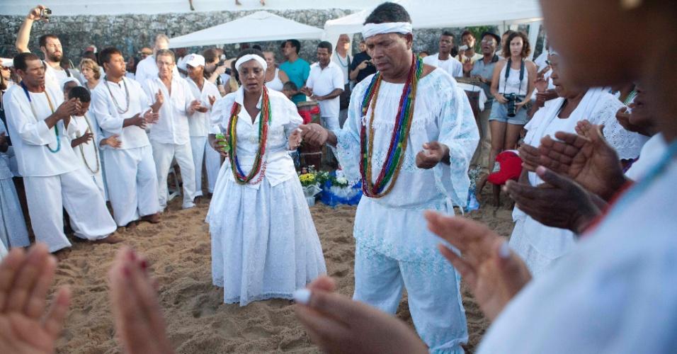 2.fev.2014 - Devotos realizam oferendas à Iemanjá, na Praia do Rio Vermelho, em Salvador, no início da manhã deste domingo (2), dia da orixá