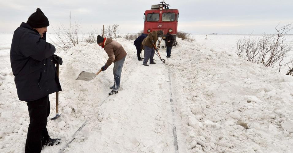 2.fev.2014 - Homem retiram a neve que interrompeu a passagem de trens em uma ferrovia em Novi Sad, ao norte da Sérvia, no sábado (1º). A nevasca que atingiu a região interditou rodovias e fechou a fronteira do país com a Hungria