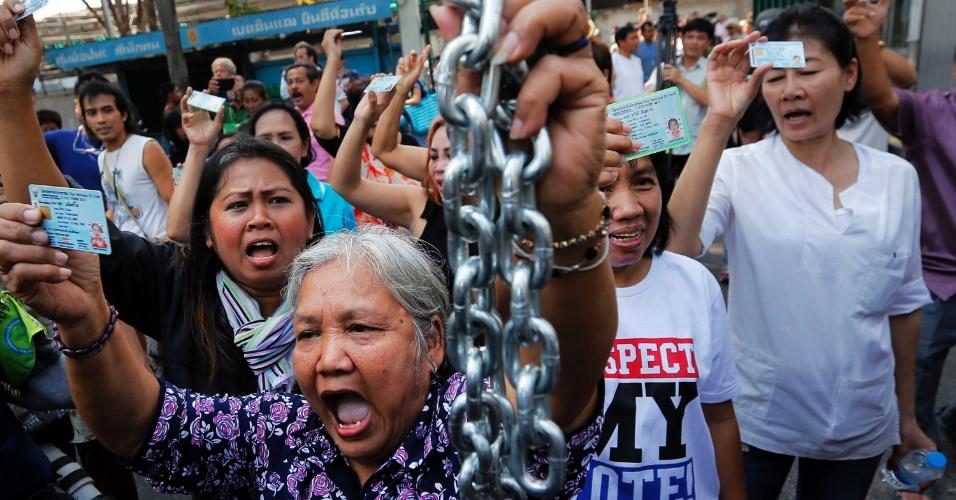 2.fev.2014 - Manifestantes reivindicam o direito de votar em centro eleitoral que teve a votação cancelada por bloqueio de manifestantes, no distrito de Din Daeng, em Bancoc (Tailândia). Eleitores tailandeses vão às urnas sob forte esquema de segurança, neste domingo, um dia depois de sete pessoas ficaram feridas por tiros e explosões durante um confronto entre partidários e opositores do governo em Bancoc