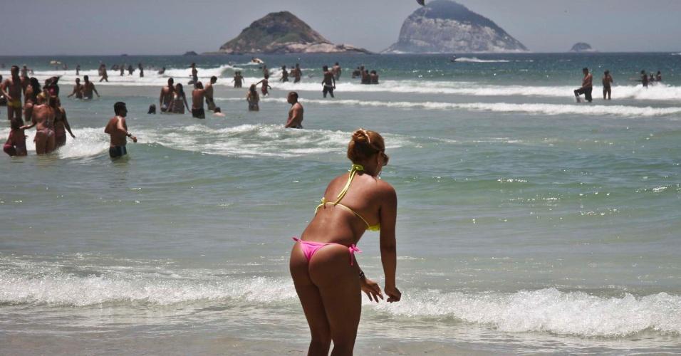 2.fev.2014 - Movimentação de banhistas na praia do Pepê, Barra da Tijuca, no Rio de Janeiro (RJ), na tarde deste domingo (2). Não há previsão de chuva