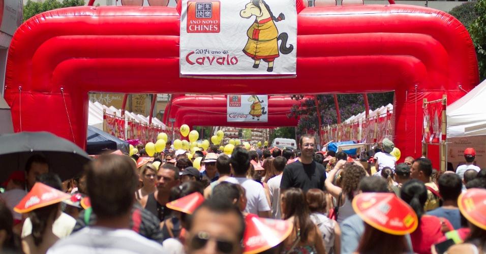 2.fev.2014 - Movimentação durante comemoração do ano novo chinês no bairro da Liberdade, no Centro de São Paulo (SP), neste domingo (02). Pelo calendário chinês, o ano  é 4712, chamado de ano do cavalo