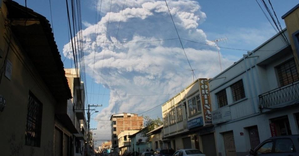 2.fev.2014 - Nuvem de cinzas e vapor expelida pelo vulcão Tungurahua pode ser vista a partir da cidade de Riobamba, no Equador. Um alerta laranja foi emitido pela atividade vulcânica do Tungurahua