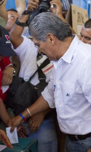2.fev.2014 - O candidato presidencial da Aliança Republicana Nacionalista (ARENA), Norman Quijano, vota durante as eleições presidenciais no Colégio Sagrado Coração, na cidade de San Salvador, capital de El Salvador. Cerca de 4,9 milhões de salvadorenhos escolhem um sucessor para o atual governo, o ex-jornalista Mauricio Funes