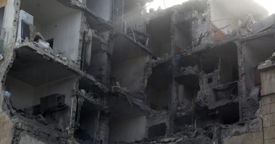 2.fev.2014 - Rebeldes sírios alegam que prédio, em Aleppo, foi completamente destruído por um ataque aéreo das forças do governo. Segundo o Observatório Sírio de Direitos Humanos, ao menos 85 pessoas morreram na cidade