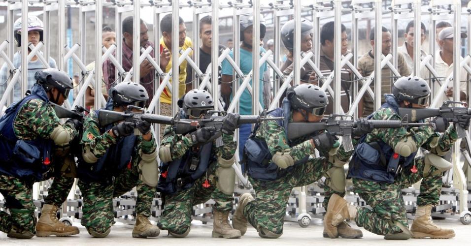 2.fev.2014 - Soldados do Timor Leste demonstram suas habilidades durante comemoração do 13º aniversário das Forças Armadas do país, em Dili, neste domingo (2)