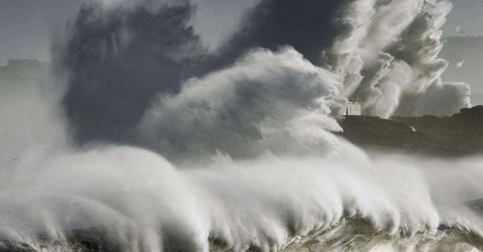 2.fev.2014 - Temporal marinho provoca ondas de mais de dez metros de altura na ilha de Mouro, em Santander, e em várias cidades da costa da Cantábria, na Espanha. A tempestade provocou diversos danos em parques, prédios e veículos em cidades litorâneas como Bareyo e San Vicente de la Barquera