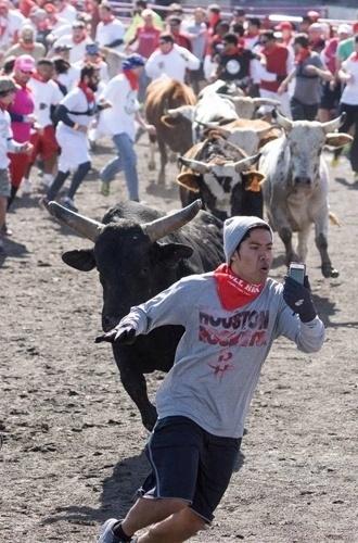 3.fev.2014 - A foto acima, que vem sendo chamada de ''selfie mais perigoso do mundo'', foi postada por um usuário do fórum Reddit. O protagonista da imagem, identificado como Christian, gravou com o celular um vídeo em que aparece correndo de um touro em Houston (Texas, EUA) - o evento teria sido realizado em 25 de janeiro. O vídeo foi disponibilizado no YouTube (veja em ''MAIS'')