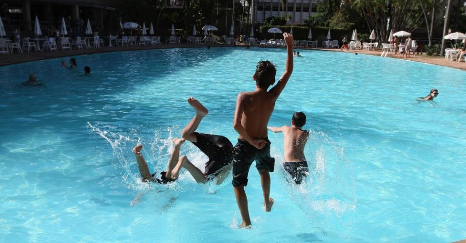 3.fev.2014 - Crianças se divertem em piscine do Tênis Clube de Campinas, no interior de São Paulo, nesta segunda-feira (3), em tarde de calor intenso. São Paulo teve a madrugada mais quente desde outubro de 2012