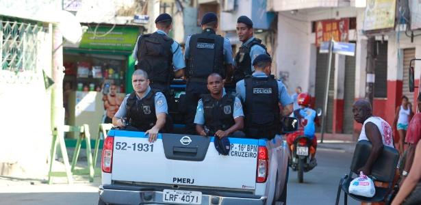 O policiamento foi reforçado na manhã de segunda-feira (3) na comunidade do Parque Proletário, no Complexo da Penha, zona norte do Rio - Domingos Peixoto/Agência O Globo