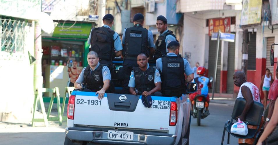 3.fev.2014 - O policiamento está reforçado na manhã desta segunda-feira (3) na comunidade do Parque Proletário, no Complexo da Penha, zona norte do Rio de Janeiro, um dia depois de quatro pessoas serem baleadas, entre elas dois policiais militares, durante um ataque de traficantes à sede da UPP local