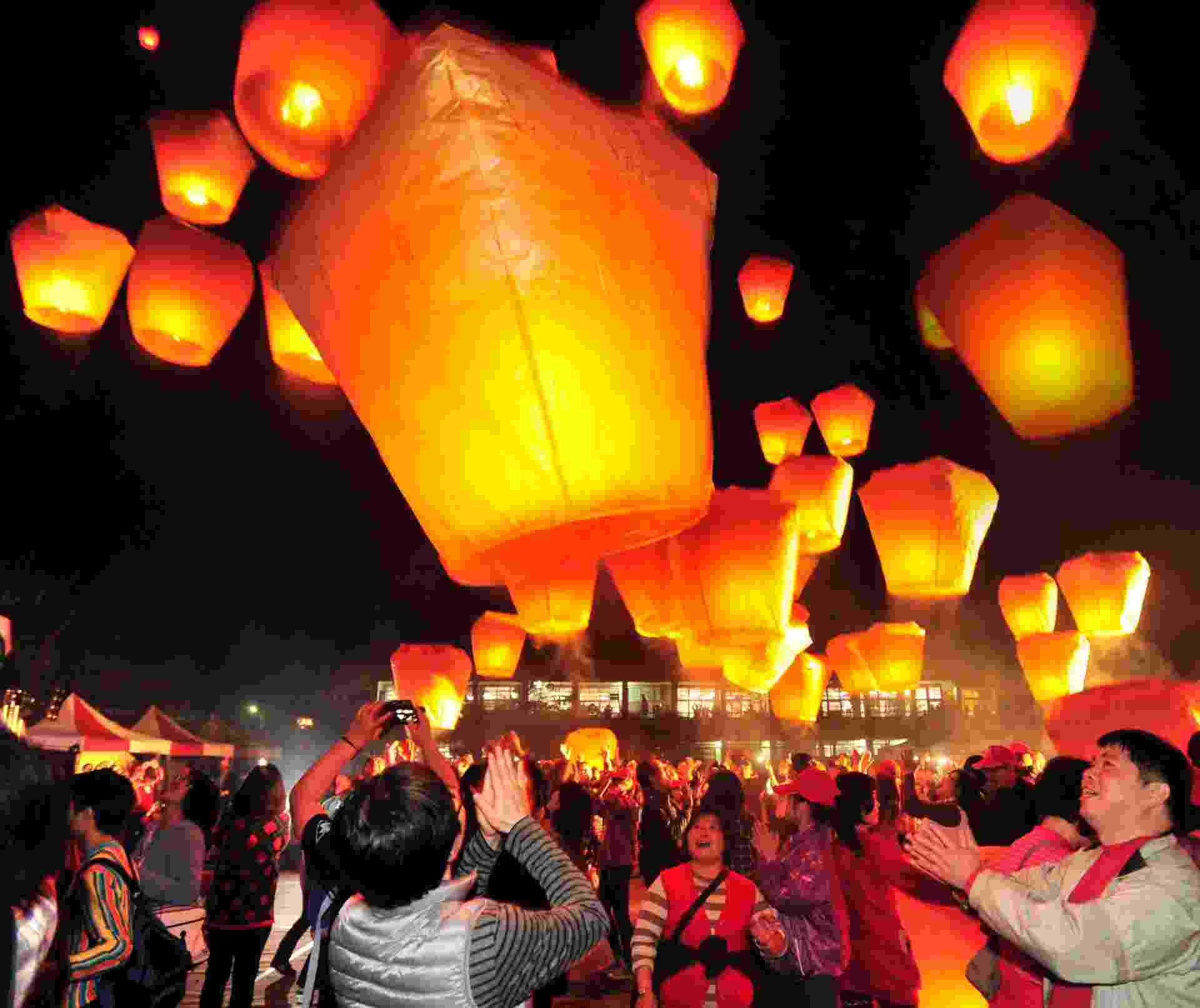 4.fev.2014 - Céu da cidade de Xinbei, em Taiwan, é colorido por 600 lanternas durante o Festival Internacional Pingsi, na segunda-feira (3). O evento faz parte das celebrações do Ano-Novo Chinês - Wu Ching-teng/Xinhua
