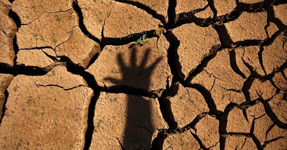 30.jan.2014 - Represa Jaguari, que integra o Sistema da Cantareira da Sabesp (Companhia de Saneamento Básico do Estado de São Paulo) fica com solo seco e rachado devido à falta de chuvas no Estado
