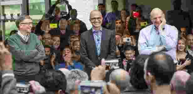 Bill Gates, cofundador da Microsoft, o atual executivo-chefe da empresa, Satya Nadella (centro), e de Steve Ballmer, antecessor de Nadella no cargo - Divulgação - Divulgação