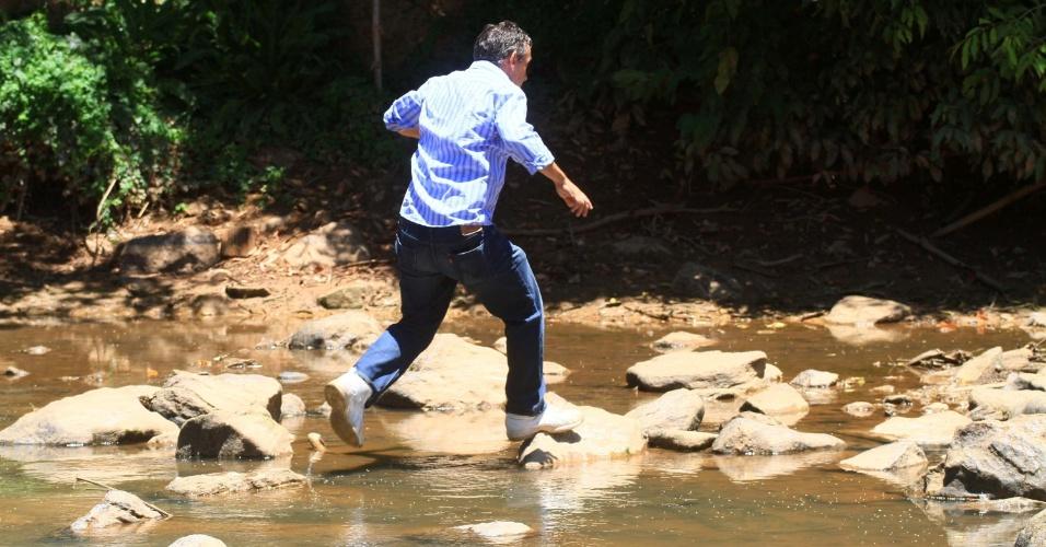 4.fev.2014 - Morador atravessa rio Atibaia, na região de Campinas, interior de São Paulo