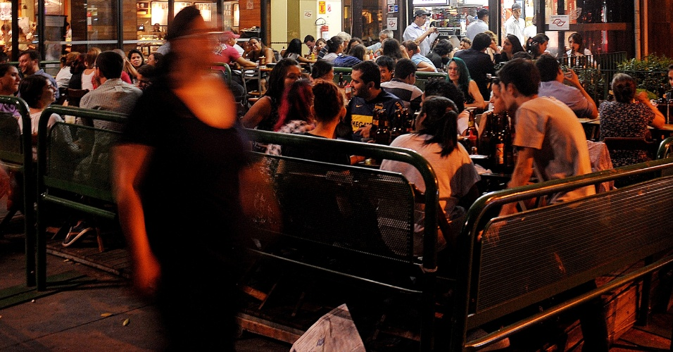 4.fev.2014 - O calor na capital paulista nesta terça-feira (4) intensificou o movimento em bares e restaurantes na avenida Paulista
