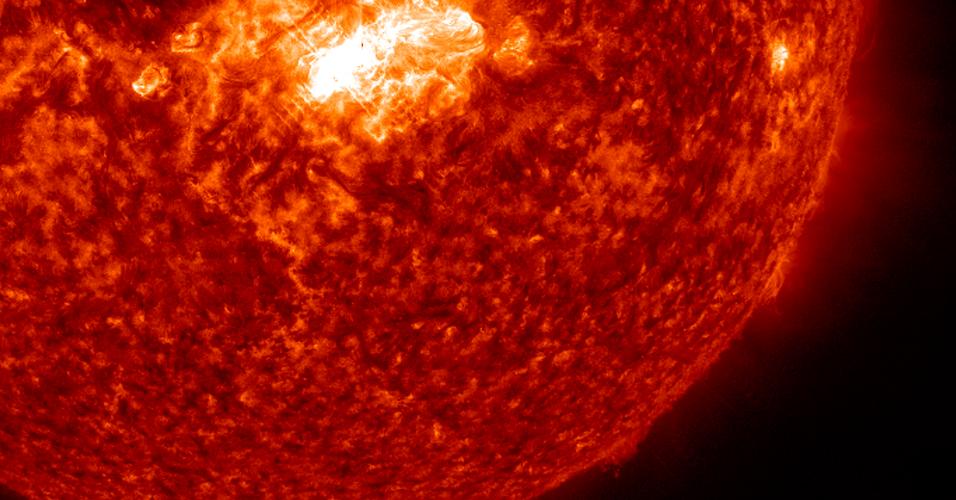 4.fev.2014 - O Sol teve uma erupção de nível médio nesta segunda-feira (3). A imagem captada pelo Observatório Solar Dinâmico da Nasa (Agencia Espacial Norte-Americana) mostra a erupção mais brilhante, no centro da estrela. As erupções solares são emissões violentas de radiação, que não passam pela atmosfera terrestre, mas podem interferir em satélites de comunicação e GPS