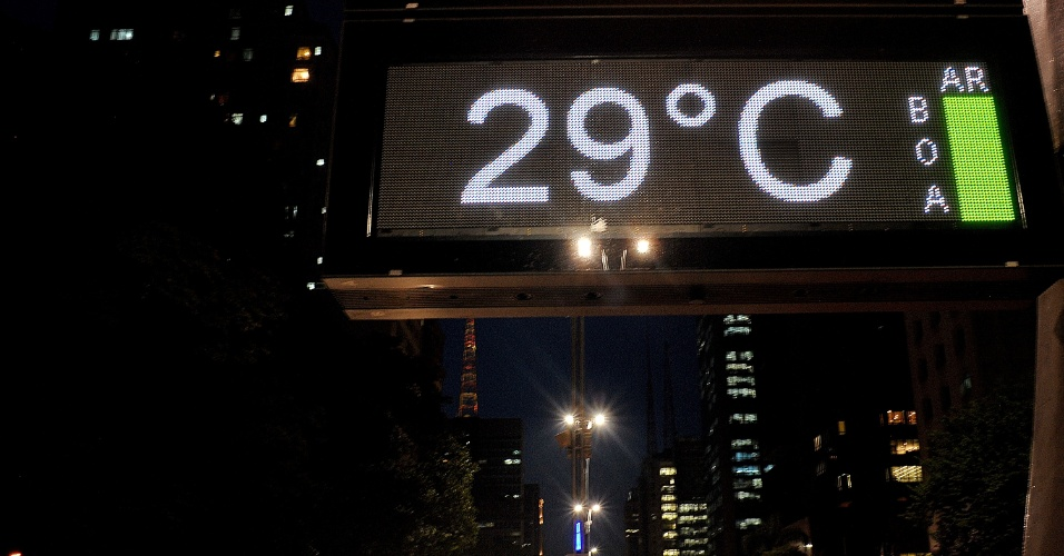 4.fev.2014 - Termômetro na avenida Paulista, em São Paulo, marca 29°C