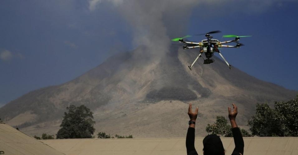 4.fev.2014 - Um pesquisador do BPPTK (Centro para o Desenvolvimento de Pesquisa e Tecnologia sobre Vulcões, em tradução livre) manuseia um drone que monitora as atividades do vulcão Sinabung, no vilarejo de Sibintun, no distrito de Karo, em Sumatra, nesta terça-feira (4)