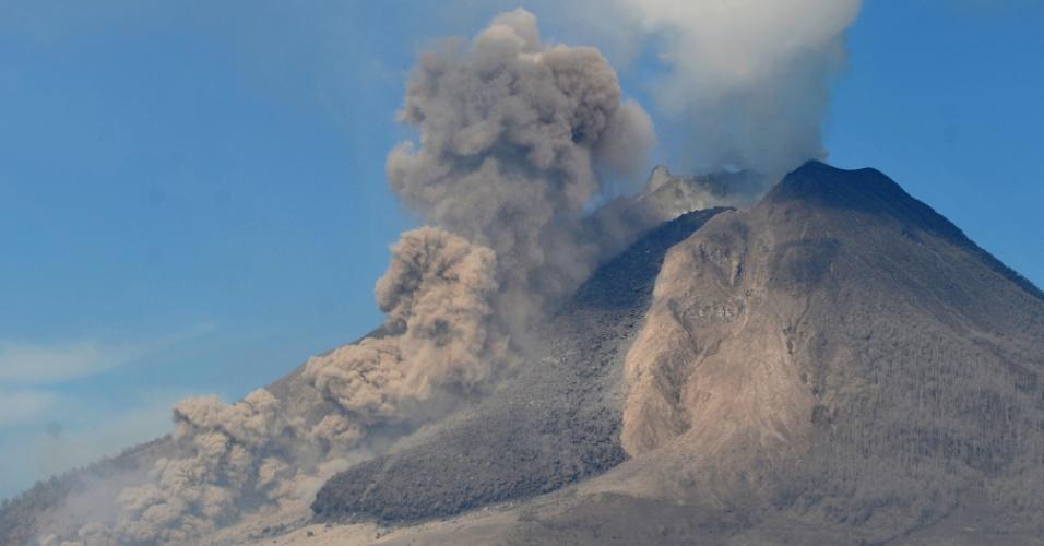 4.fev.2014 - Vulcão Sinabung volta a expelir fumaça e cinzas em Karo, na Indonésia, nesta terça-feira (4)