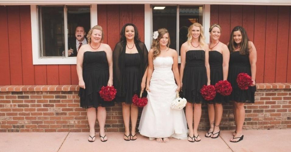 O 'photobomb' ocorre quando algo ou alguém aparece inesperadamente em uma imagem provocando um efeito engraçado ou bizarro. No caso acima, o momento era para lá de especial: a foto de lembrança do casamento. A imagem foi publicada em uma seleção do site 'Mashable'