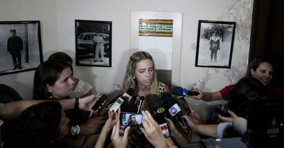 5.fev.2014 - A delegada Monique Vidal, da 9º DP, no bairro do Catete, zona sul do Rio de Janeiro, fala com jornalistas sobre o andamento das investigações do caso do jovem que foi agredido, deixado nu e preso por trava de bicicleta a poste