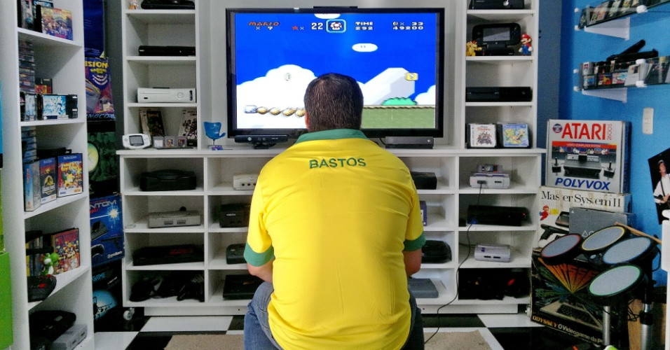 5.fev.2014 - Colecionador gaúcho joga um dos 1,5 mil games que possui (entre DVDs, CDs e fitas) em Porto Alegre (RS)