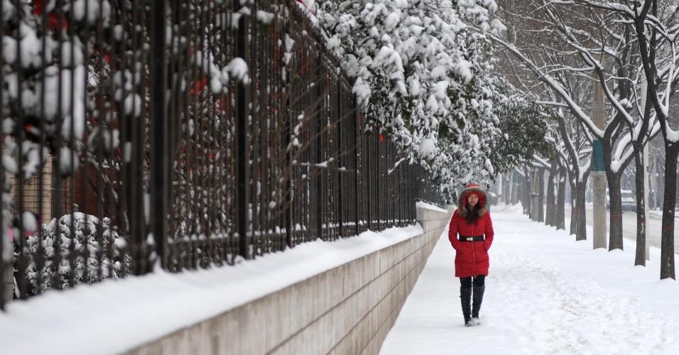 5.fev.2014 - Jovem caminha por rua coberta de neve na cidade de Wu'an, norte da China, nesta quarta-feira (5). Regiões do centro e sul da provìncia de Hebei enfrentaram nevascas que levaram a um alerta para o gelo nas estradas