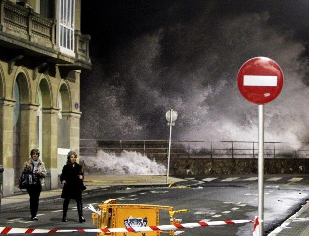 5.fev.2014 - Onda gigante de maré alta quebra na orla de San Sebastian, no País Basco, norte da Espanha