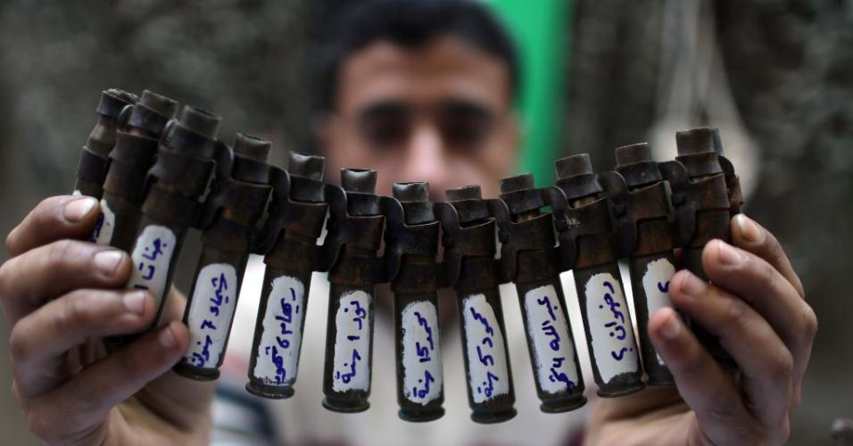 5.fev.2014 - Palestino mostra trabalho de pintura em munições usadas na Faixa de Gaza