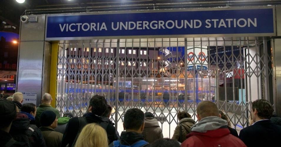 5.fev.2014 - Passageiros formam filas para entrar na estação de metrô de Londres, Inglaterra. Funcionários do sistema de trens subterrâneos de Londres realizam uma paralisação de 48 horas que teve início na terça-feira (4). A greve foi convocada pelo sindicato para protestar  contra a supressão de centenas de postos de trabalho