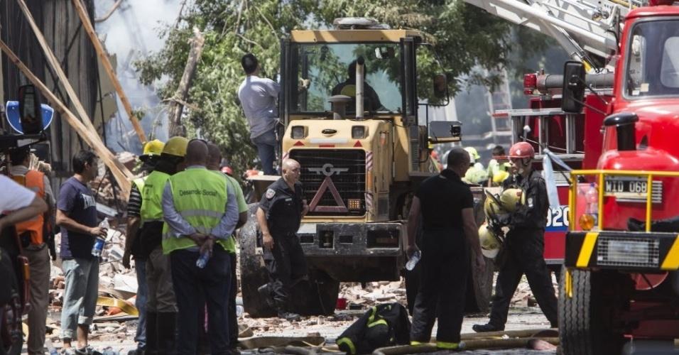 5.fev.2014 - Pelo menos sete membros de equipes de emergência morreram e nove ficaram feridos gravemente nesta quarta-feira quando tentavam apagar um incêndio em um depósito situado em um bairro do sul de Buenos Aires, informaram fontes oficiais