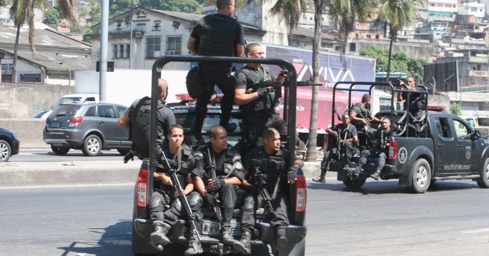 5.fev.2014 - Policiais militares do 22º BPM realizam operação na manhã desta quarta-feira (5), nas favelas Parque União e Nova Holanda, no Complexo da Maré, na zona norte do Rio de Janeiro. Um homem morreu e doze foram detidos