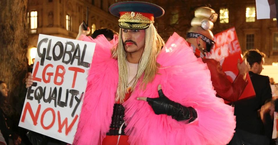 5.fev.2014 - Um manifestante participa de protesto contra a postura anti-gay do governo russo, na Downing Street, no centro de Londres, nesta quarta-feira (5). O protesto faz parte da Global Speakout for Russia, que ocorre em mais de 30 cidades em todo o mundo